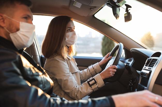 Homme et une femme portant des masques médicaux et des gants en caoutchouc