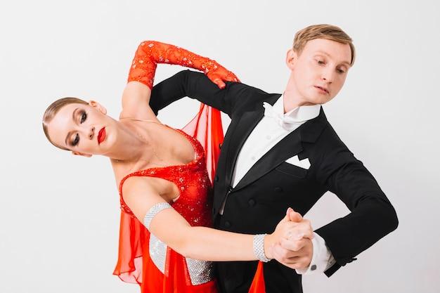 Homme et femme en pose de danse