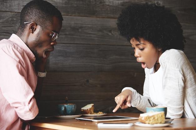 Homme et femme prenant un café au café
