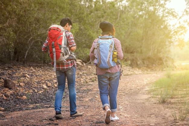 L'homme et la femme qui se promènent ont un sac à dos pour la randonnée.