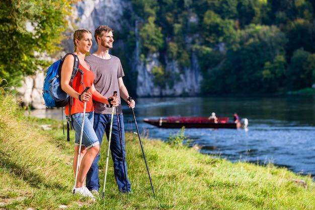Homme et femme de randonnée sur le danube en été