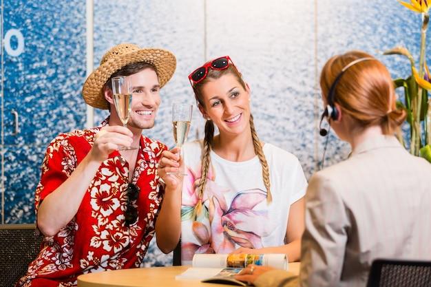 Homme et femme recommandant une agence de voyages