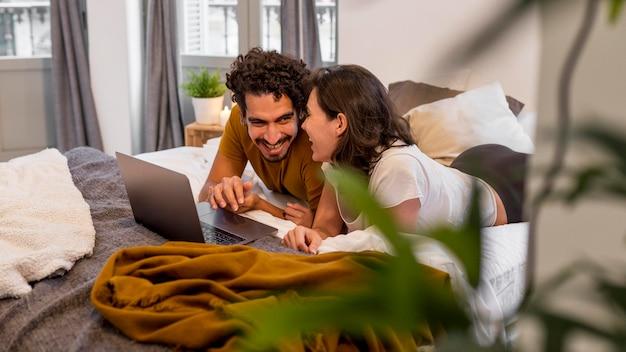 Homme et femme regardant un film à la maison