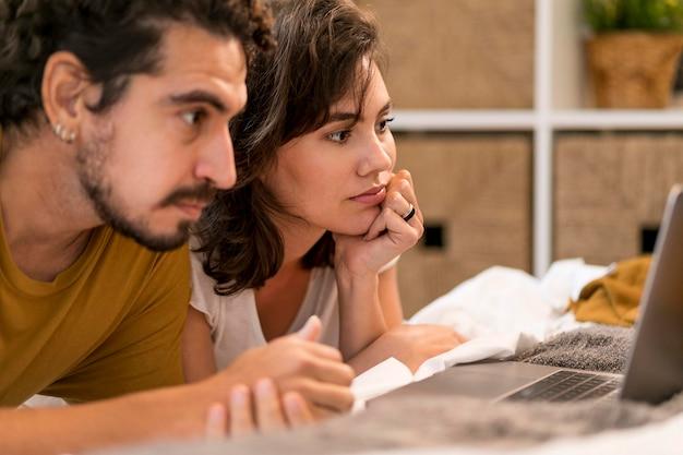 Homme et femme regardant un film