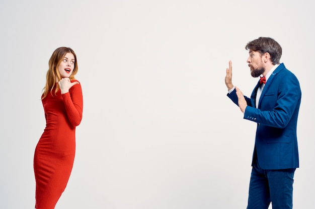 Homme et femme romance heureux fond isolé
