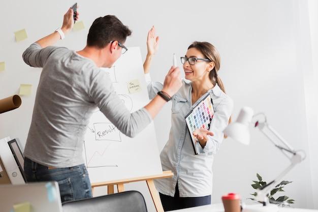 Homme et femme se disputant au bureau