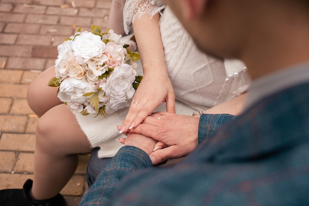 Un homme et une femme se marient, devant la porte