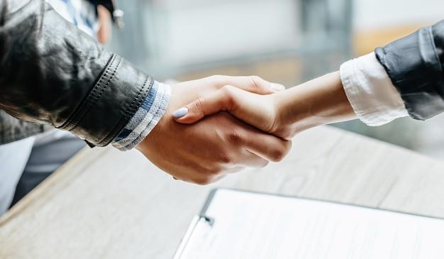 Homme et femme se serrant la main.