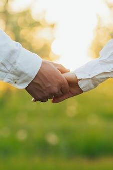 Homme et femme se tenant la main