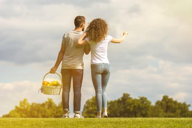 L'homme et la femme se tiennent dans l'herbe