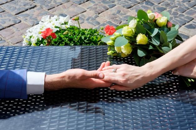 Homme et femme se tiennent la main