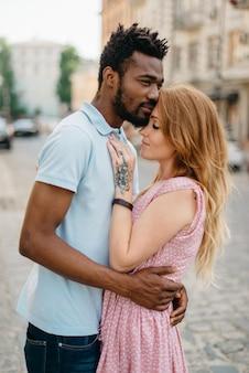 L'homme et la femme se tient dans une rue de la ville