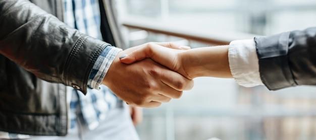 Homme et femme secouant la main