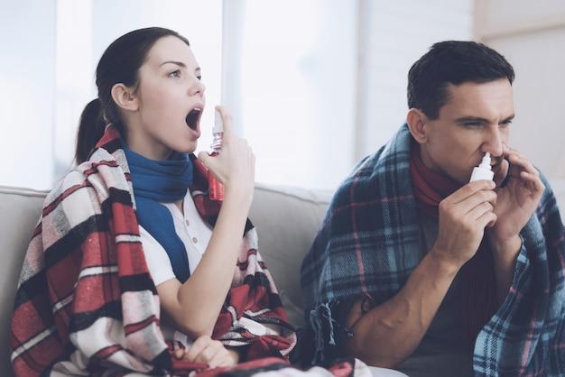 Un homme et une femme sont malades ils essaient d'être traités