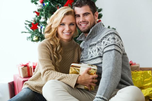 L'homme et la femme souriante avec un cadeau