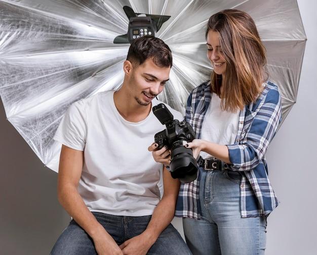 Homme et femme en studio photo professionnel