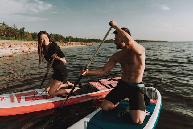 Homme et femme avec surf rowing.