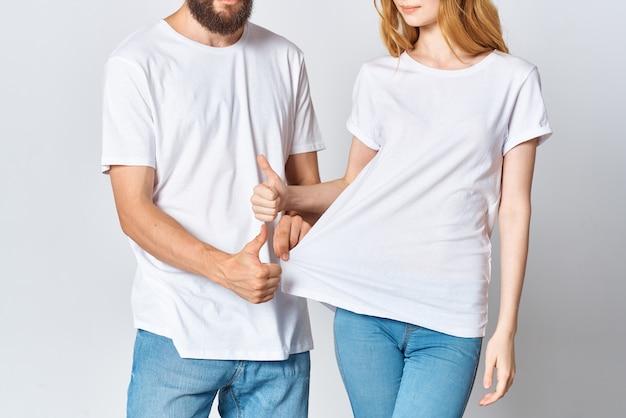 L'homme et la femme en t-shirts blancs copient la mode de la maquette de l'espace
