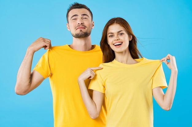 Un homme et une femme en t-shirts de couleur vive posant ensemble, un couple