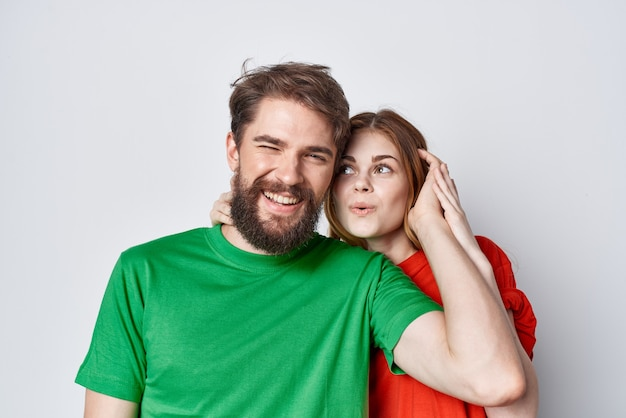 Homme et femme t-shirts multicolores communication querelle fond clair