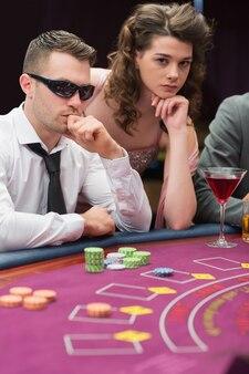 Homme et femme à la table de poker