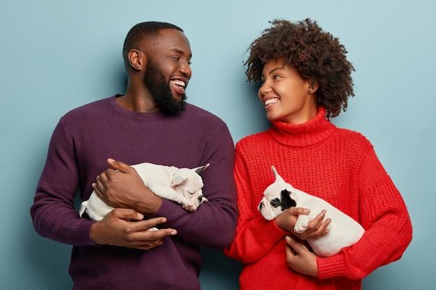 Homme et femme tenant des chiots