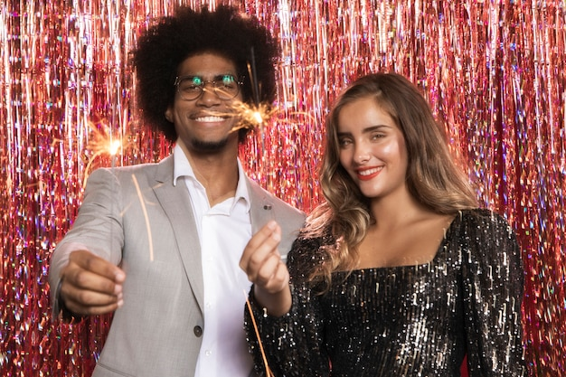 Homme et femme tenant des explosions de sparkler
