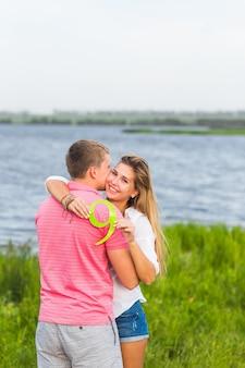Homme et femme tenant le numéro 9 dans la nature. concept de nombres, mesure, montant, quantité, comptabilité et mathématiques.