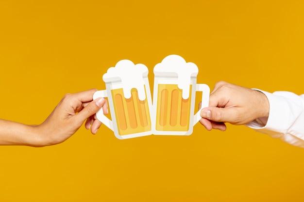 Homme et femme tenant des pintes de bière