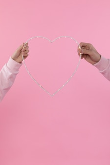 Homme et femme tenant le symbole de l'ornement du coeur