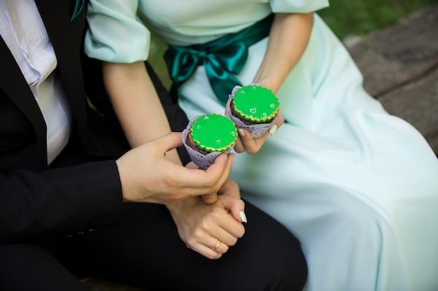 Homme femme, tenue, vert, petits gâteaux