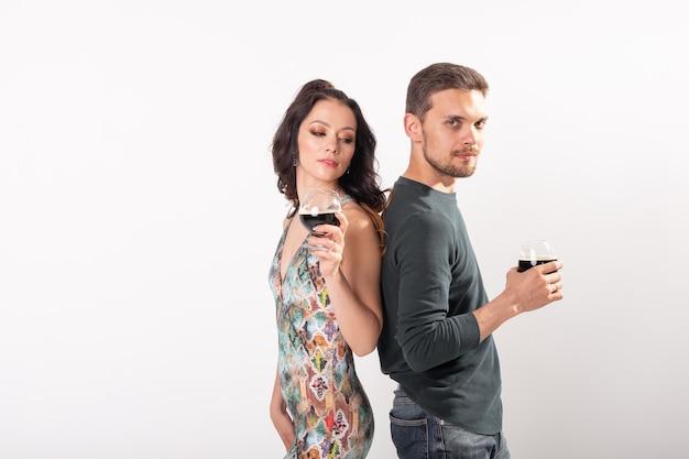 L'homme et la femme tiennent des verres de bière brune sur un mur blanc avec espace de copie. concept de l'oktoberfest.