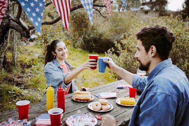 Homme et femme tinter les verres