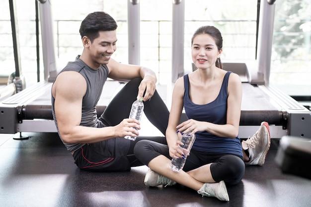 Homme et femme travaillant dans un gymnase ensemble
