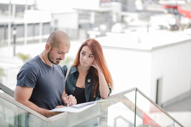 Homme et femme travaillant avec des documents