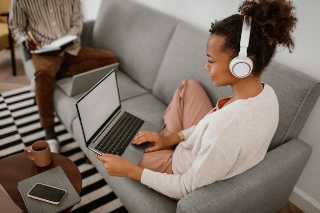 Homme et femme travaillant à domicile