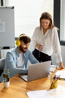 Homme et femme travaillant ensemble dans une entreprise en démarrage