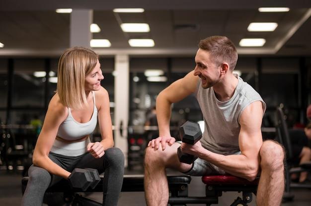 Homme et femme travaillant ensemble