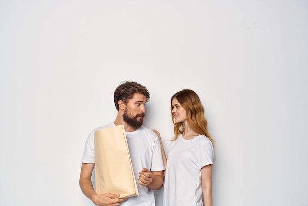 Homme et femme en tshirt blanc fashion shopping sacs en papier fashion