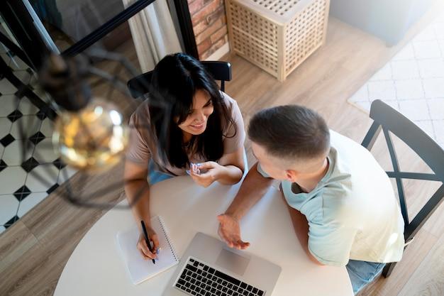 Homme et femme utilisant un ordinateur portable pour faire des achats en ligne
