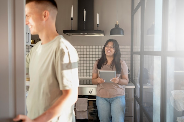 Homme et femme utilisant une tablette pour faire des achats en ligne