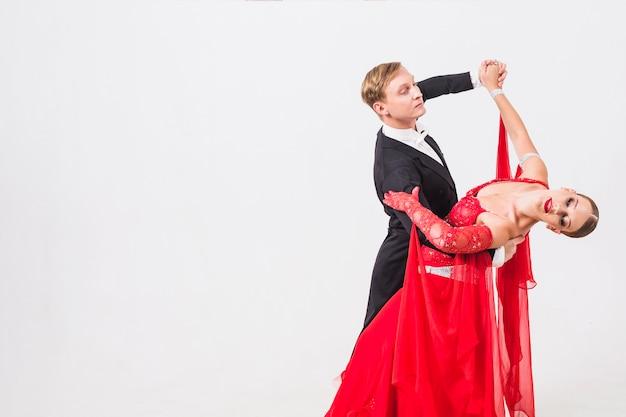 Homme et femme valsant sur fond blanc