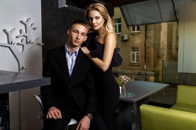 Homme et femme vêtus de noir