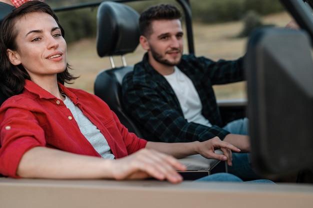 Homme et femme voyageant ensemble en voiture