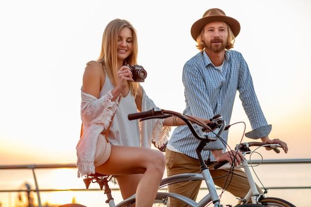 Homme et femme voyageant