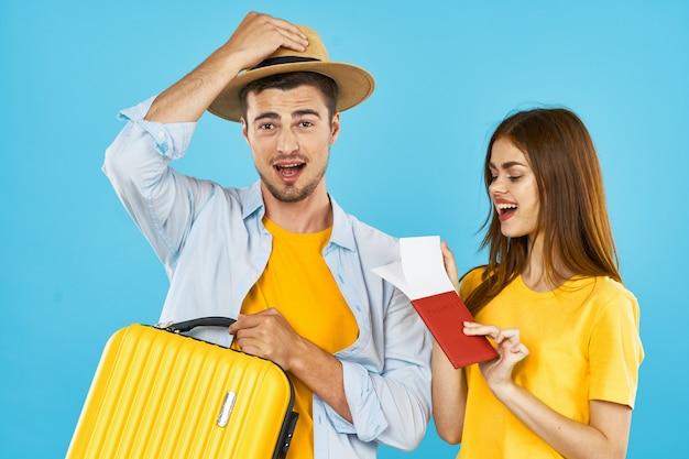 Homme et femme voyageur avec une valise, fond coloré, joie, passeport