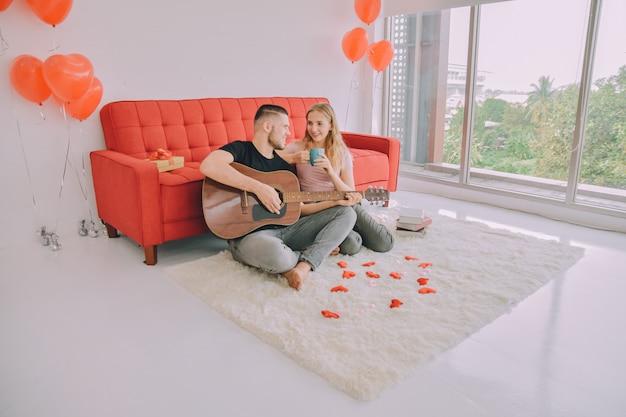 Homme femmes couple jouer de la guitare rester à la maison rester en sécurité virus corona covid 2019