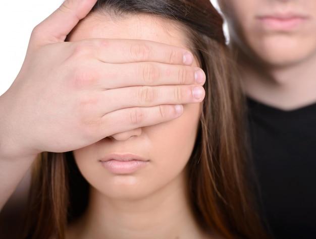 L'homme ferme la femme oui avec sa main.