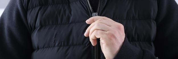 L'homme ferme une veste noire. concept de vêtements pour jeunes à la mode et élégant
