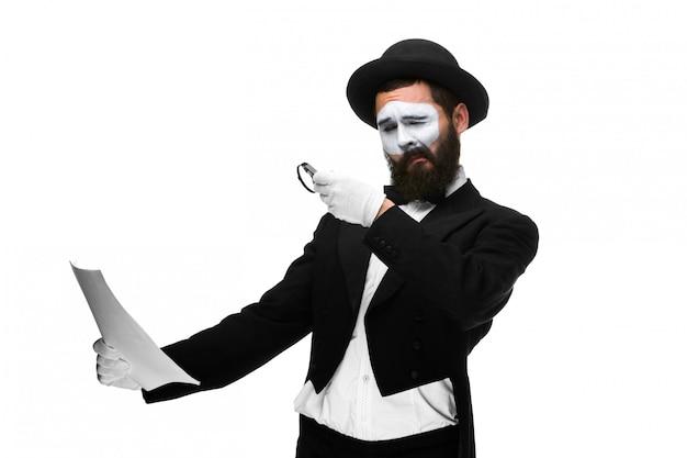 Homme, à, a, figure, mime, lecture, par, loupe